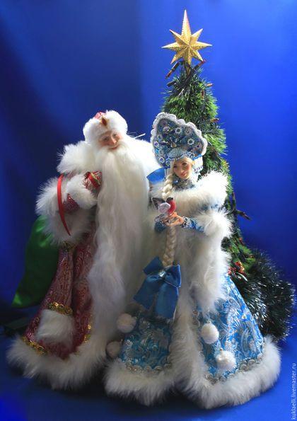 Купить или заказать Дед Мороз и Снегурочка едут на праздник! в интернет-магазине на Ярмарке Мастеров. Новогодняя интерьерная композиция 'Дед Мороз и Снегурочка едут на праздник' . Это большая по размеру композиция, она подходит для украшения больших залов и витрин. В длину композиция занимает 1,5 метра. Больше фотографий и фотоинструкцию по сборке можно посмотреть в моем блоге www.livemaster.ru/topic/477059-ded-moroz-i-snegurochka-edut-na-prazdnik?inside=0&wf=&vr=1 Куколки…
