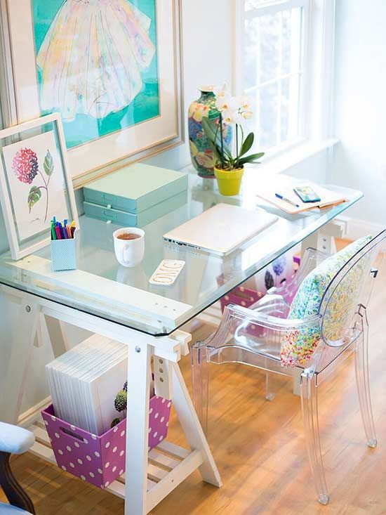 A clean desk is a happy desk. In other words, the work space is no space for clutter.