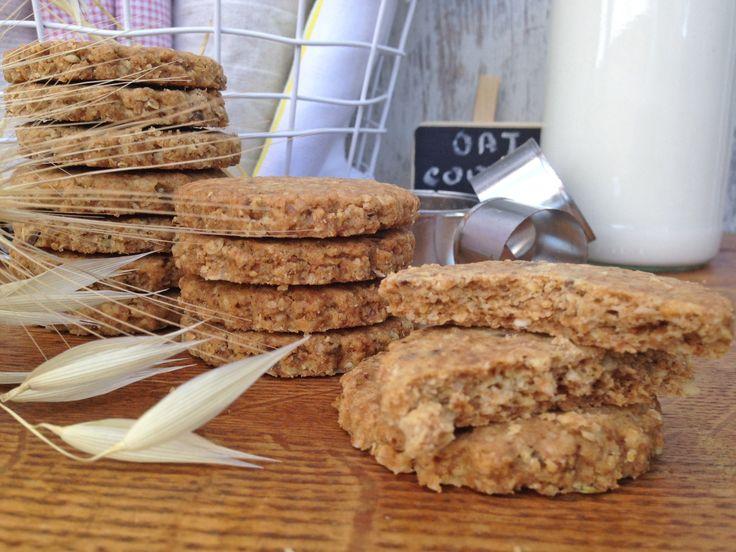 Hace tiempo que quería compartir esta receta con vosotros. Me encantan las galletas integrales, que lleven cereales y que se sienta el toque rústico que le aporta una buena harina de espelta o alguna otra de buena calidad. Durante muchos años aquí no se solían encontrar galletas con gran sabor y no había cosa que …