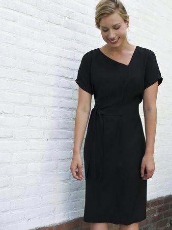 Zwarte jurk met asymmetrische halslijn - designed by Fenny Faber