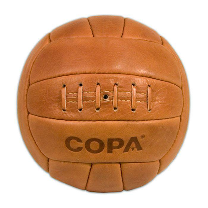 De bruine COPA retro bal is een originele handgemaakte leren voetbal geproduceerd met evenveel aandacht voor detail en vakmanschap als de ballen uit de jaren '50. http://www.cadeauxperts.nl/product/copa-retro-voetbal/