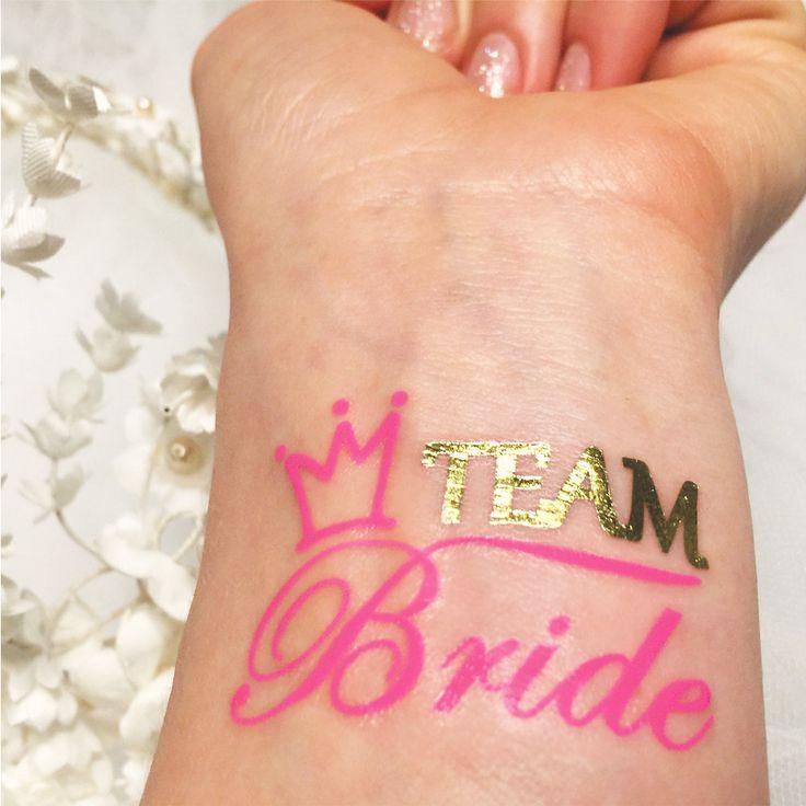 Bachelorette Tattoo Sets sind heutzutage sehr beliebt vor allem das Team Braut Tattoo Aufkleber. #jewelflashtattoos bietet niedliche rosa mit metallischem gold Tätowierungen, die Team Braut in einer Packung mit 5 sagen. Die heiße rosa Farbe kann das Flash-Tattoo Stil hinzugefügt und eine wunderbare Ergänzung zu deiner Party. Bachelorette tattoos in gefälschten Gold und rosa leuchtenden Neon-Farben sehen beeindruckend und Juwel Flash Tattoos hofft, dass Sie Ihren süßen Körper Aufkleber…