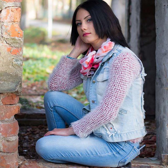 #day #colors #clothes #portraitphotography #portraitmode #photographer #colorful #darkhair #parkphoto #photoshoot #naturallight #photographylovers #fashion #fashionphotography #photographylife #dslr #girlphoto #photopose #pose #romania #romaniangirl