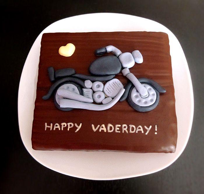 Schönen Vatertag! Und für Star-Wars-Fans: Happy Vaderday! :D Mein Vatertags-Geschenk bestehend aus einem großen Petit-Four-Baumkuchen und einem Fondant-Motorrad :)