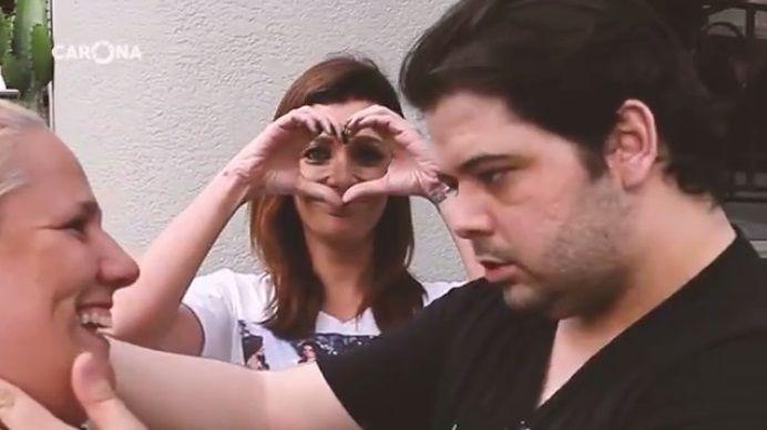 Gustavo Mendes tasca um beijo em anônima no meio da rua durante gravação da Globo