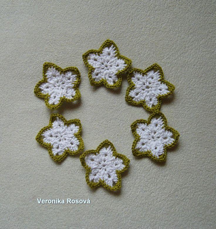 Vánoční hvězdičky XXV/14 Sada 6ks háčkovaných hvězdiček z bílé a zelené Nely. Velikost hvězdiček je cca 6 cm. Hvězdičky jsou bez očka. Můžete je zavěsit na stužku nebo háček. Neškrobeno.