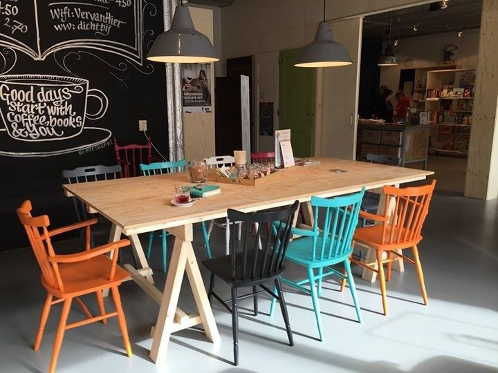 oude cafestoelen in een nieuwe kleur in lunch/koffiebar. Oude emaille lampen weer werkend boven de tafel.