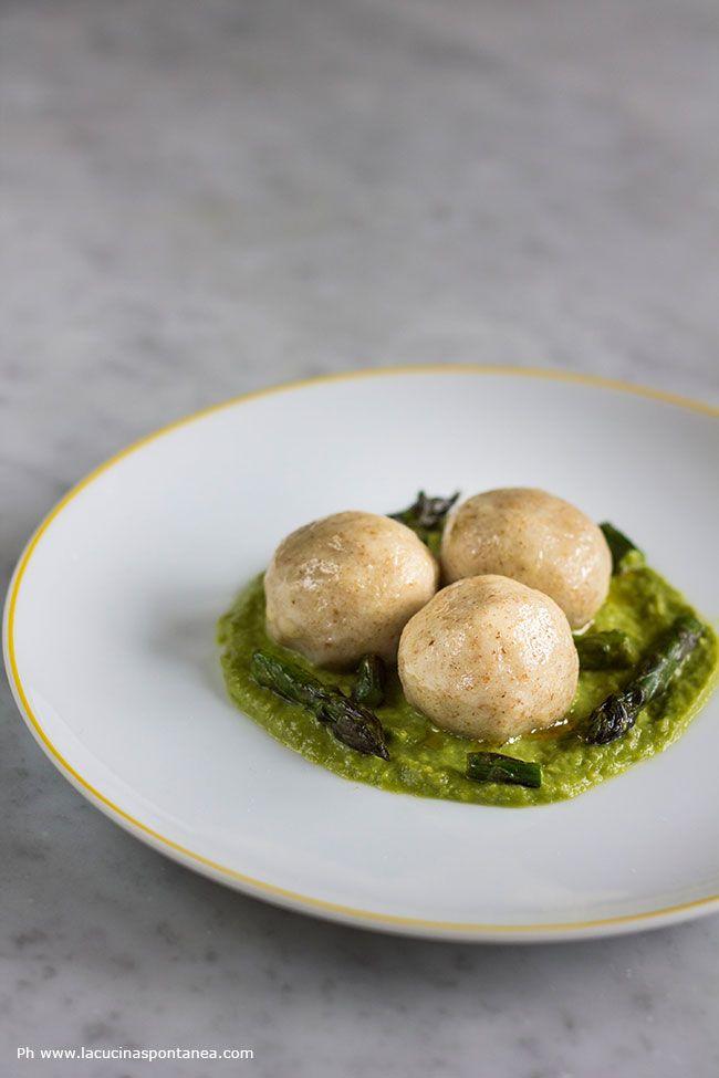 Gnocchi di patate ripieni di baccalà su crema di asparagi. Una ricetta primaverile, perfetta per i giorni di festa. Scopri di più