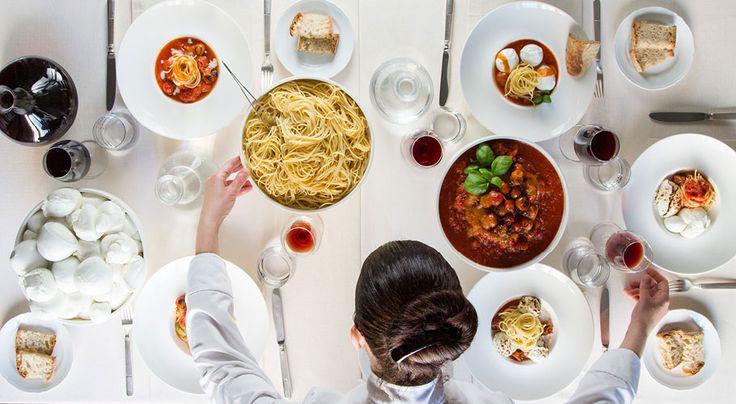 «Piatti italiani creativi serviti tra colonne e pavimenti di marmo in un raffinato ristorante con pianoforte», è questa l'efficace sintesi che si trova in …