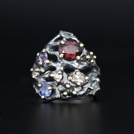 Mynte's vielsesring af sort sølv og guld med ædelstene  #madsheindorf @myntelagoni #craft #gemstone #weddingring