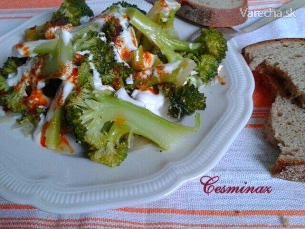 Dusená brokolica s jogurtovým dresingom (fotorecept)