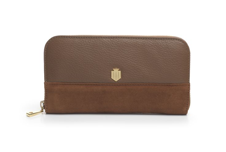 FAIRFAX & FAVOR proudly presents The Salisbury Purse in beautiful Tan. Perfectly matching the Windsor Handbag and with the signature gold shield, its the perfect gift this Christmas
