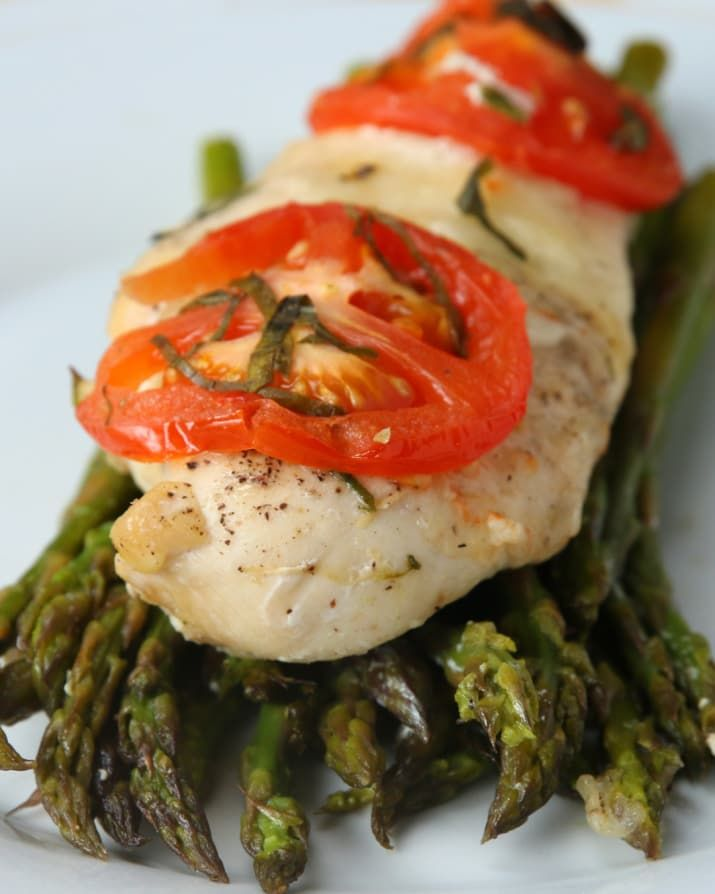 Here's what you'll need: * ½ pound asparagus, trimmed* Olive oil, to taste* Salt, to taste* Pepper, to taste* 1 garlic clove, minced* 1 chicken breast* Fresh mozzarella, sliced* 1 tomato, sliced* Fresh basil (3-4 leaves)* Parchment paperAnd here's what you'll need to do:1.Preheat oven to 400°F/200°C.