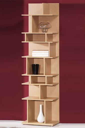 Estantería en tono madera claro, con estantes irregulares y de diferentes tamaños, para que sea más fácil organizar tu decoración.