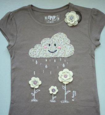 Combinación de aplique y pintura de tela. Nube regando flores.