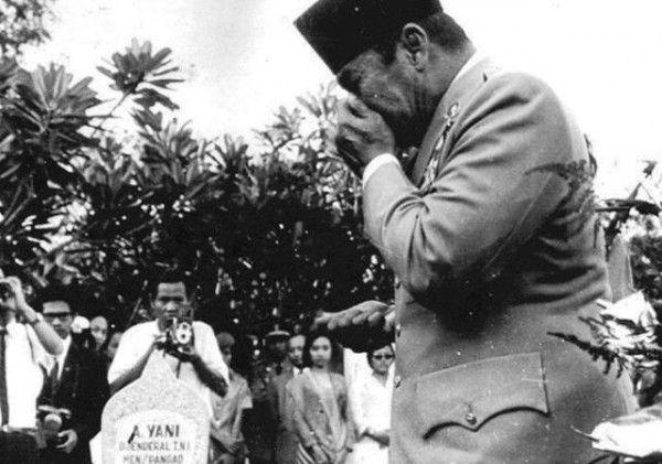 Presiden Soekarno menangis di atas makam Jenderal Ahmad Yani, usai dimakamkan./*ist