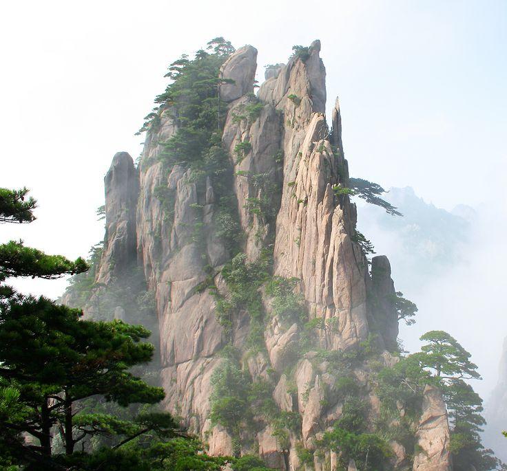 """Für seinen Kinofilm """"Avatar"""" suchte Regisseur James Cameron ein außergewöhnliches Bergmassiv, das an fremde Welten denken lässt. Er fand den Lotusgipfel von Huan Shan, der im Film die schwebenden Berge darstellt."""