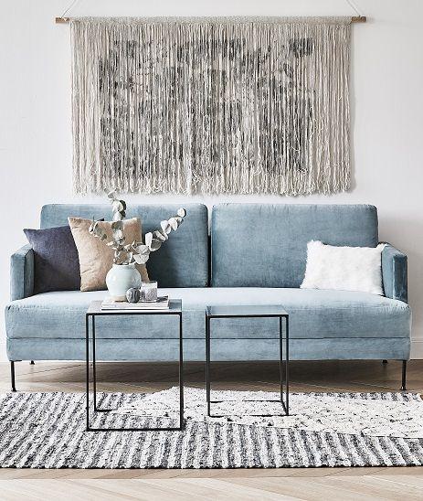 We love Velvet! Das Samt-Sofa Fluente in Hellblau bringt dezenten Glamour in Euer Zuhause. Kombiniert mit Skandi-Accessoires, Wollteppich und einem einzigartigen Wandschmuck verleiht das Samtsofa dem Raum elegante Coolness! // Sofa Wohnzimmer Samtsofa Kissen Deko Beistelltisch Wanddeko Teppich Eukalyptus #Wohnzimmer #WohnzimmerIdeen #Samtsofa