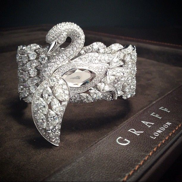 The graceful guardian of time - the Diamond Swan Watch - 900 diamonds, 54.7 carats