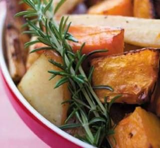 Balsamic roasted vegetables with rosemary - roasting vegetables is an easy way to get some delicious nutrients #roasting #vegetables #rosemary
