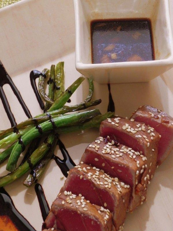 Tataki de atún con sésamo Unos lomos de atún (si lo compráis fresco, es mejor congelarlo antes de hacerlo, ya que el tataki se come muy poco hecho, 8 cucharadas soperas de soja 3 cucharadas soperas de vinagre de arroz,1 trocito de jengibre fresco, sésamo. Cortamos en trozos y maceramos 2 horas tapado, después a la plancha vuelta y vuelta