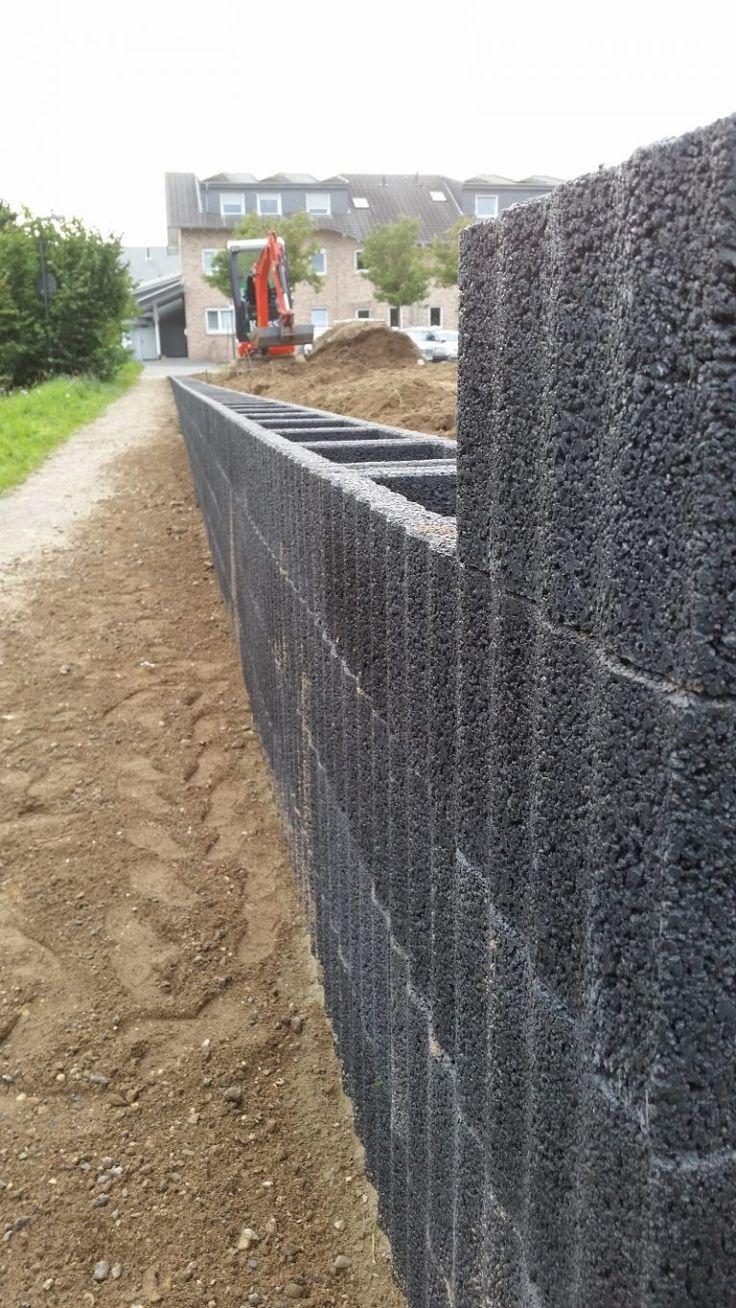 Mit Pflanzsteinen eine Mauer bauen…