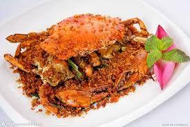 """もう一つ、香港の海鮮料理の代表的な、""""避風塘炒辣蟹""""を紹介します。この料理は路上の屋台などでも見かけますが、とんでもなく高い値段なので、屋台だからと安心できません。避風塘とは、風や波をよける防波堤に囲まれた港であり、つまり船上生活者達の料理から発展していったものです。蟹はワタリガニの"""
