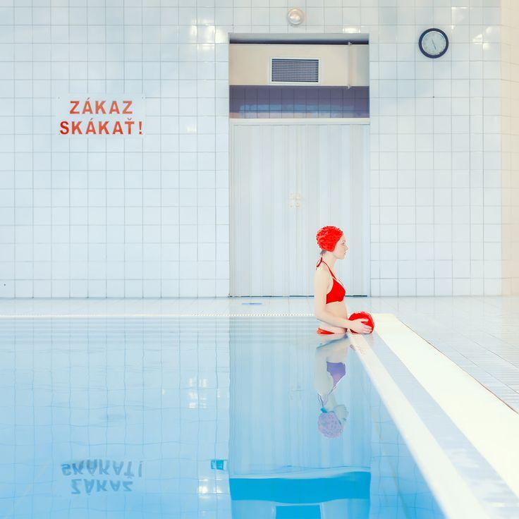 Le piscine pastello di Maria Svarbova