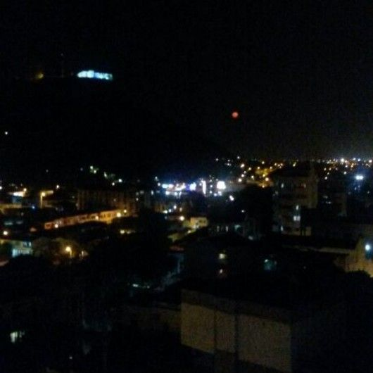 Barrio Pie de la Popa de noche, se observa en el fondo el Cerro de la Popa