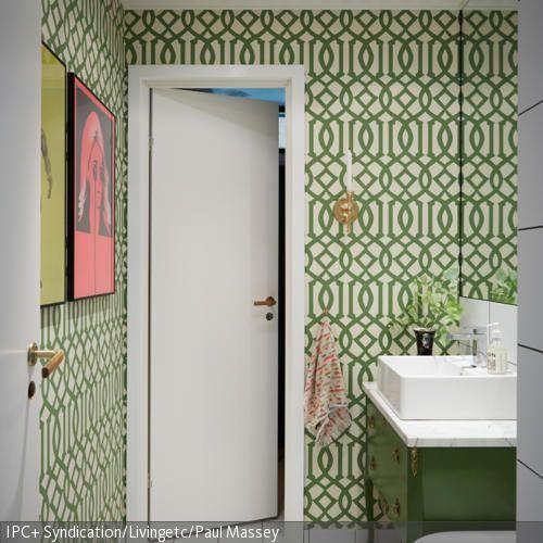 Die Retro-Tapete im Gästebad peppt das Zimmer auf und bringt Originalität hinein. - mehr auf roomido.com