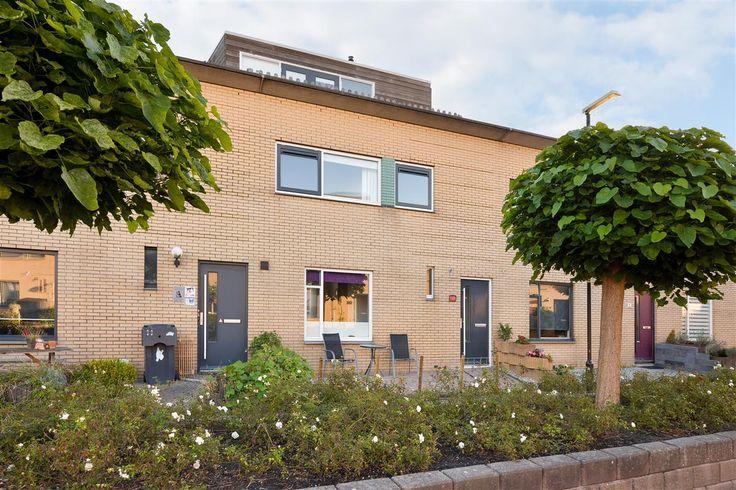 Te koop: Karspelhof 13, Heerhugowaard - Hoekstra en van Eck - Méér makelaar. Een erg leuke en vooral ruime eengezinswoning met wel 4 slaapkamers waarvan 1 met inloopkast! Er is extra veel ruimte gecreëerd door de dakopbouw. Onder andere beschikt deze woning over een luxe badkamer, een moderne keuken, een dakterras op de zonnige kant én een fijne achtertuin!