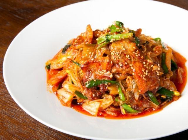 デジポックム(豚キムチ) - 田野 博シェフのレシピ。*豚バラ肉はブロック肉がお勧めです。厚めにスライスし両面格子に切れ込みを入れて置くと、  お肉が硬くならずタレも絡みやすくなります。 *白菜キムチの味(酸味)によって調味料を調節してください。 *しょうゆと一緒に発酵食品のイワシエキス(魚醤)を使えば、より本場の味に近くなり
