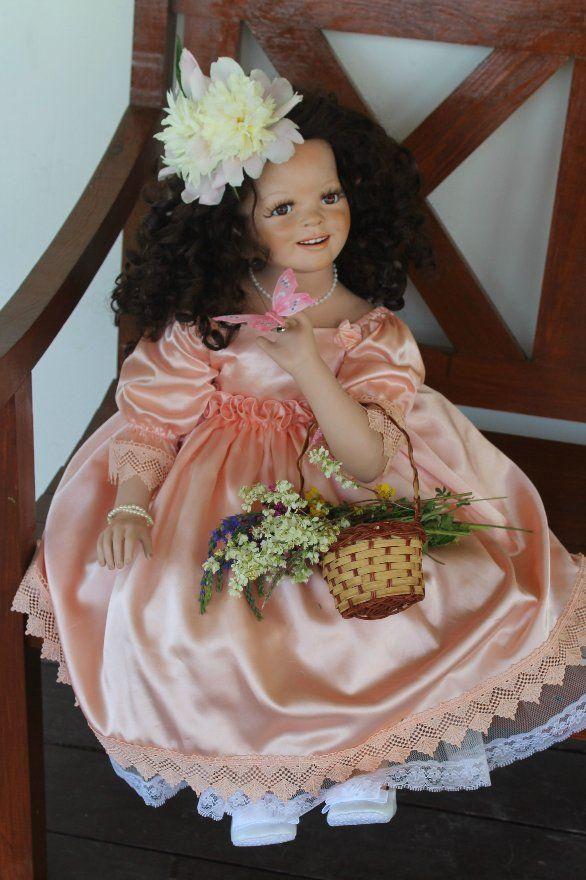 Большая и редкая фарфоровая кукла от Сюзанн Липпл. Полный рост 80 см. Верхняя часть тела почти полностью фарфоровая. Кукла сидячая. / 8 500р