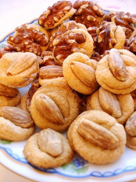 材料はたった二つ!簡単で美味しい焼き菓子♪好みのナッツを乗せて、まるで高級クッキーみたい!
