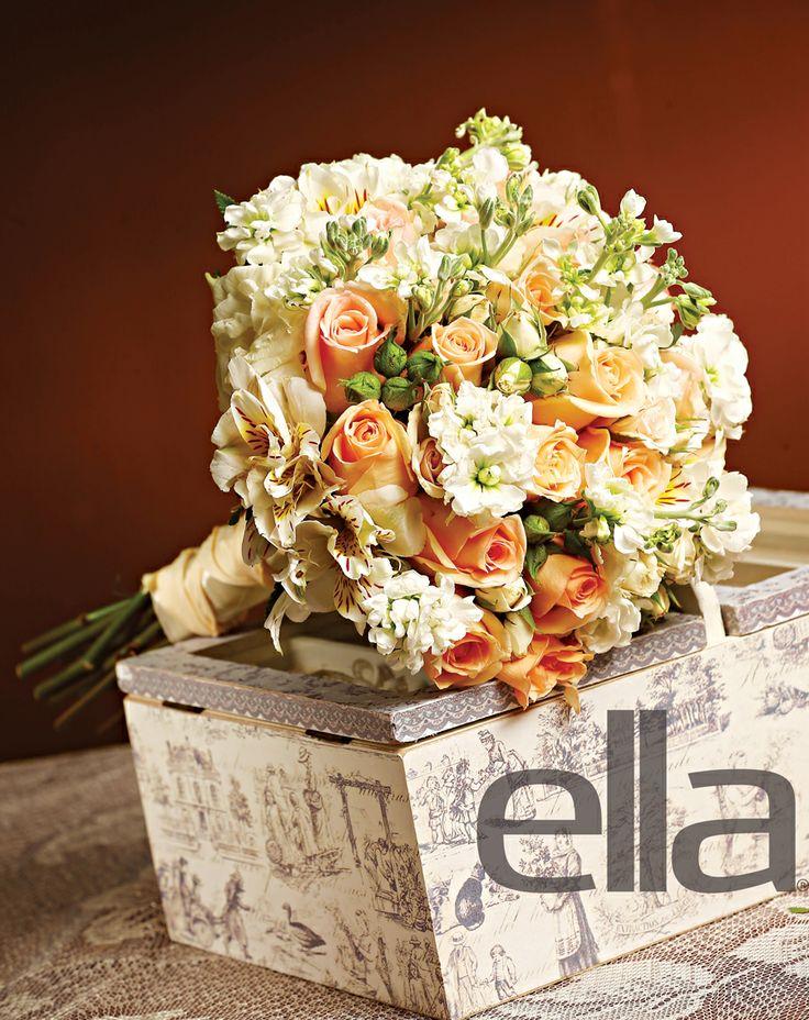#Bouquet de #rosas naranjas, tigrillo blanco, baby roses color crema y toques de stock blanco como #follaje, enlazado con listón de seda en color crema. Floristería Celiflor. #ElSalvador #Novia #Boda #EllaBoda