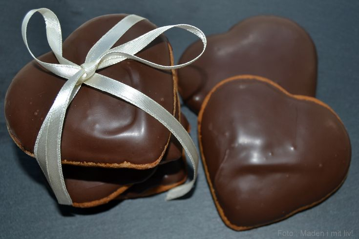 Verdens bedste opskrift på hjemmebagte honninghjerter, som pyntes med lækker, mørk chokolade og måske et glansbillede på toppen.