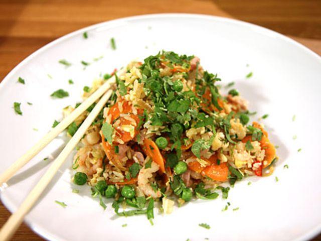 Stekt ris med kyckling, räkor, ägg och koriander. Mindre salt än i receptet.