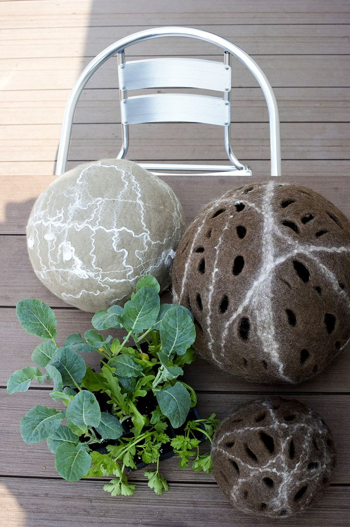 #felt Design Judith Byberg Ball made of felt with carded Bergschaf wool natural brown, bamboo tops link. Photo Del Piano Navone. https://sites.google.com/site/judithbybergarchitettodesigner/bioworks