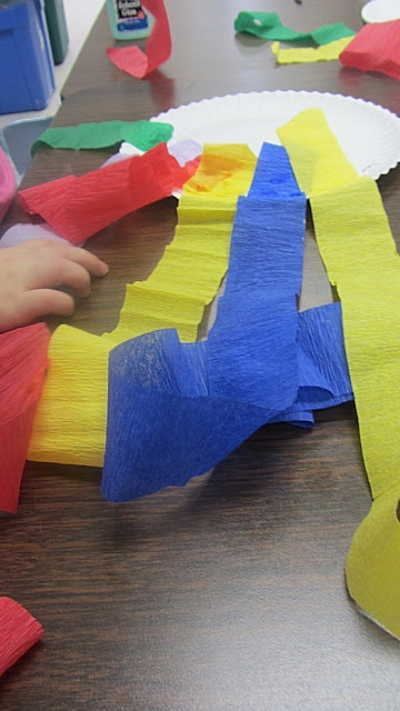 making kites. this is quickly becoming my favorite blog. i looooove this prek teacher's activities
