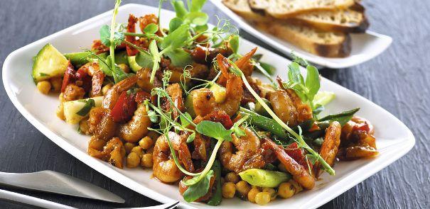 Krydrede vannameirejer med peberfrugter og kikærter i cajunsalat
