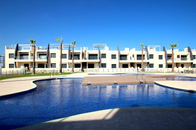 Modern nieuwbouw project met 2 gemeenschappelijke zwembaden op slechts 400 meter van de mooie zandstranden van Torre de la Horadada in de Costa Blanca. Deze appartementen liggen dicht bij het strand en op wandelafstand van het romantische pleintje en haventje van Torre de la Horadada. De woningen liggen op 8km van het shopping centrum Zenia Boulevard in Orihuela Costa. http://www.newvillasinspain.com/nl/woningen/torre-de-la-horadada/modern-apartement-in-torre-de-la-horadada-76.html