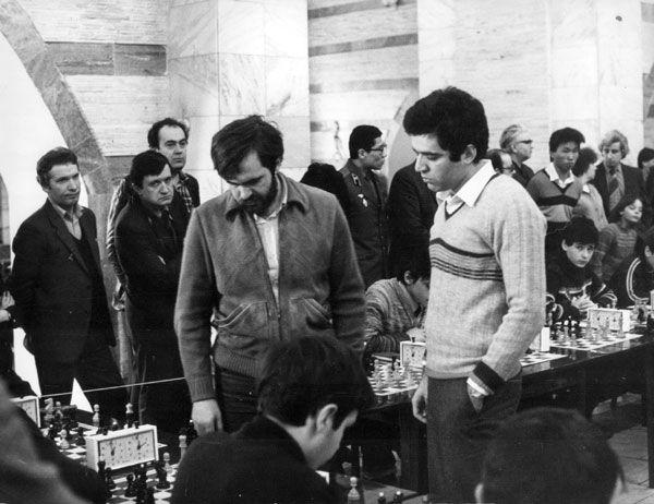 На фото: Даже 1980-е годы — это уже история!  Гроссмейстеры Лев Псахис (слева) и Гарри Каспаров  в Иркутске. Март 1985 года.
