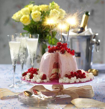 Vill du bjuda på en extra festlig dessert? Satsa på en glassbomb! Den ser pampig ut, smakar gott och är superenkel att göra. Servera den med massor av snövita minimarshmallows och röda bär!