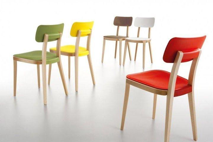 Kolorowe krzesła do nowoczesnej jadalni.