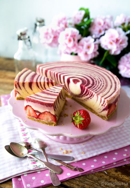 Strawberry zebra pie (Finnish)