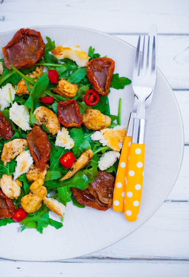 Sałatka z grillowanymi piersiami kurczaka, suszonymi pomidorami i ciabattą - MniamMniam.pl