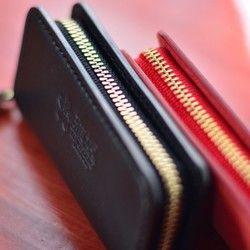 ○ 深くて広く開くので全てのコインを瞬時に見渡すことが出来ます○ お札を四つ折りにして収納できるポケット○ 全て手縫い作業で、コバも丁寧に磨き上げてあります○ ファスナーは、本体革に隠れる構造なので服を傷めません○ 外側は天然革の牛革 イタリア産の「ミネルバ・リスシオ」 使用○ 内側もスレに強い豚革を貼りしっかり保護○ 革5色、ステッチ6色より自由な組み合わせでお選び出来ます●サイズ横幅10cmx縦5cmx厚み約1.8cm●素材表面:ミネルバ・リスシオ[牛革]内側:モミアメ豚 [色:ブラック]●カラー(下記よりご希望のカラーを購入時に「備考」欄へご記入ください。)・ピンク・グリーン・イエロー・ブラウン・ブラック●ステッチのカラー(下記よりご希望のステッチカラーを購入時に「備考」欄へご記入ください。)・ブラック・オレンジ・ブルー・ブラウン・レッド・ホワイト天然革使用のため、革の表面に筋のような模様のある場合がございますが、 それもまた個々に違った製品となり、商品の風合いとして捉えていただければと 思います。