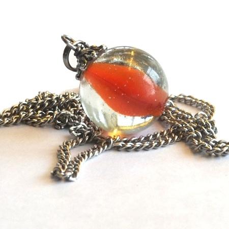Morsom, nostalgisk klinkekule an-heng.  Materialer:  - Klinkekule  - Perlecap i tibitansk sølv  - Kjede i kirugisk stål ca. 60 cm