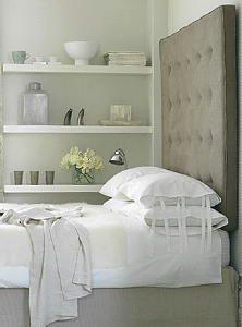 leuk die plankjes tegen de muur, mooi om wat te decoreren als je verder een kleine slaapkamer hebt ;-)