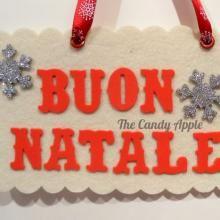 """Targa """"Buon Natale"""" con fiocchi di neve  - bianca, in feltro e gomma crepla, fiocchi di neve in legno glitterato, creata con l'aiuto di Sizzix Big Shot"""